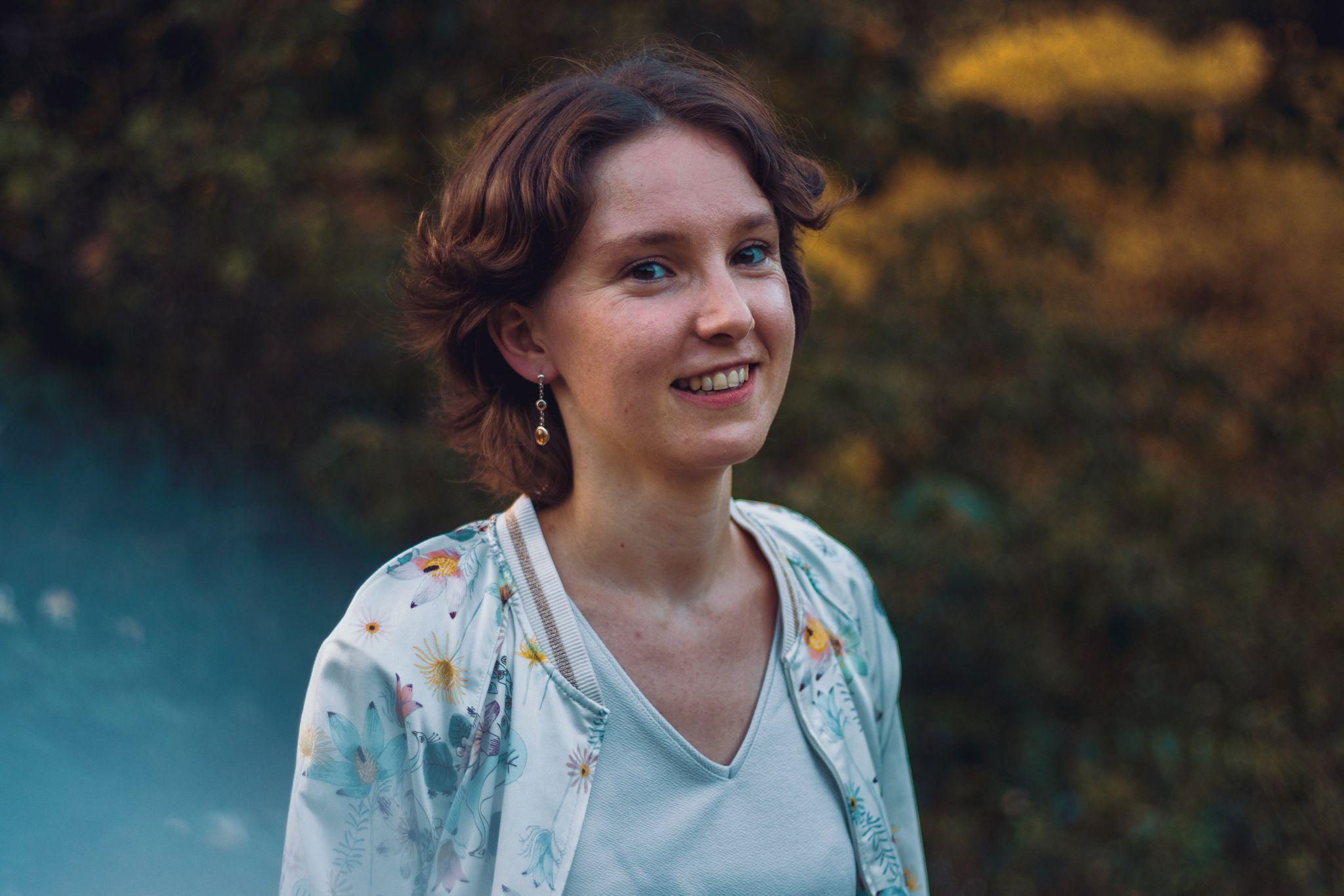 Jeune femme posant pour ne parfaite photo professionnelle Linkedin