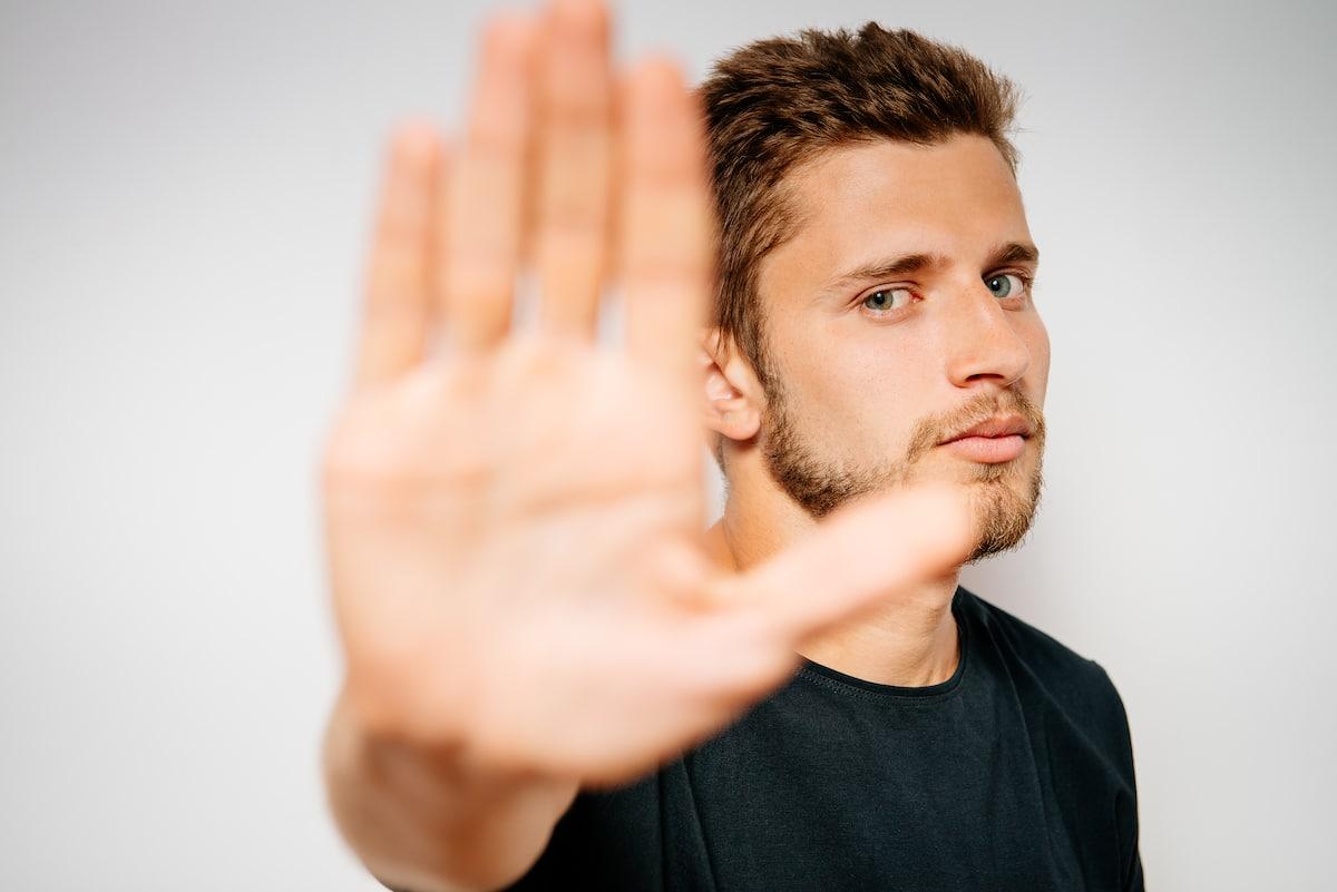 autoentrepreneur faisant un signe de la main qu'il arrête.