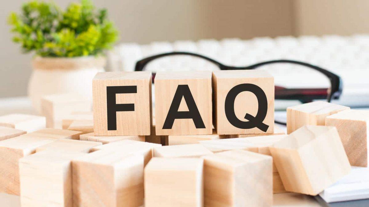 FAQ écrit avec des cubes en bois