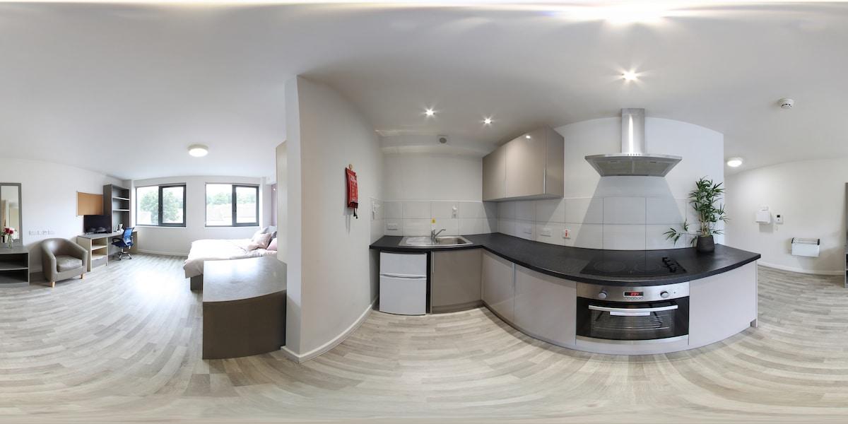 Photo 360° du salon et de la cuisine d'un appartement moderne.