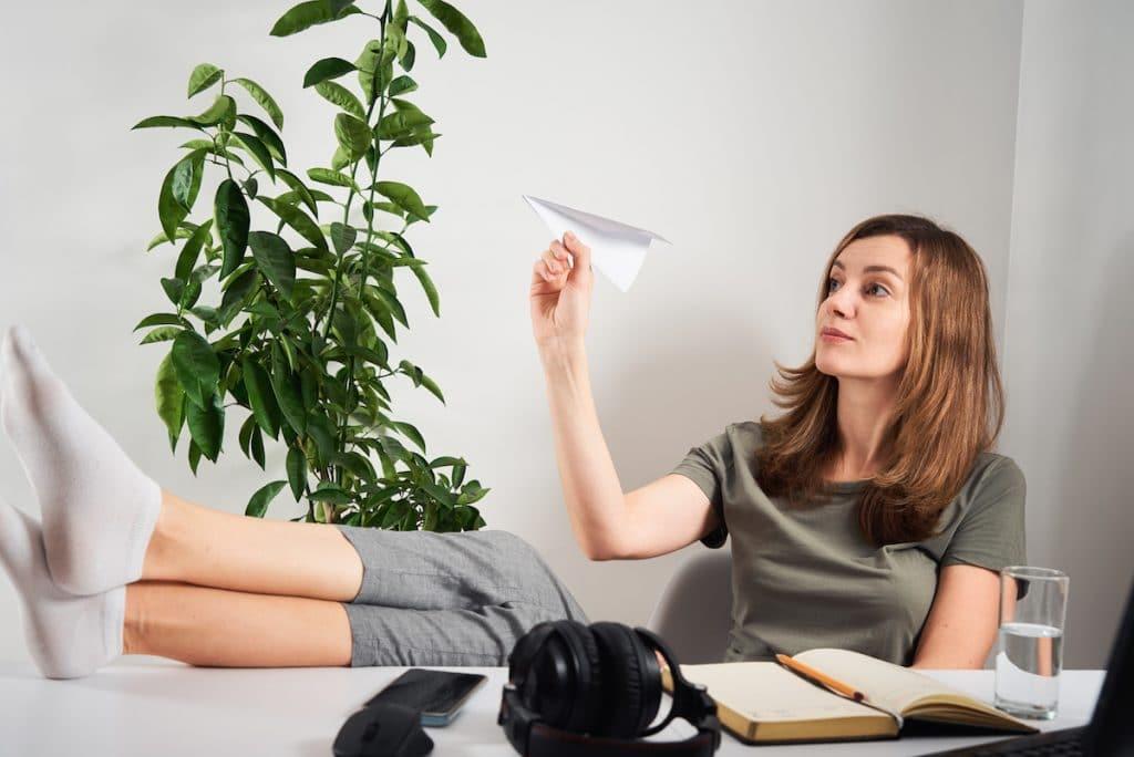 Jeune femme en pleine procrastination au travail