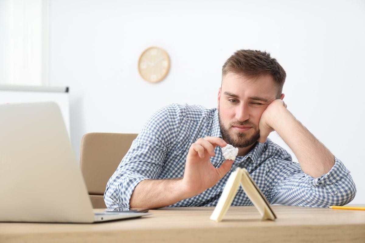 Homme en train de procrastiner au bureau