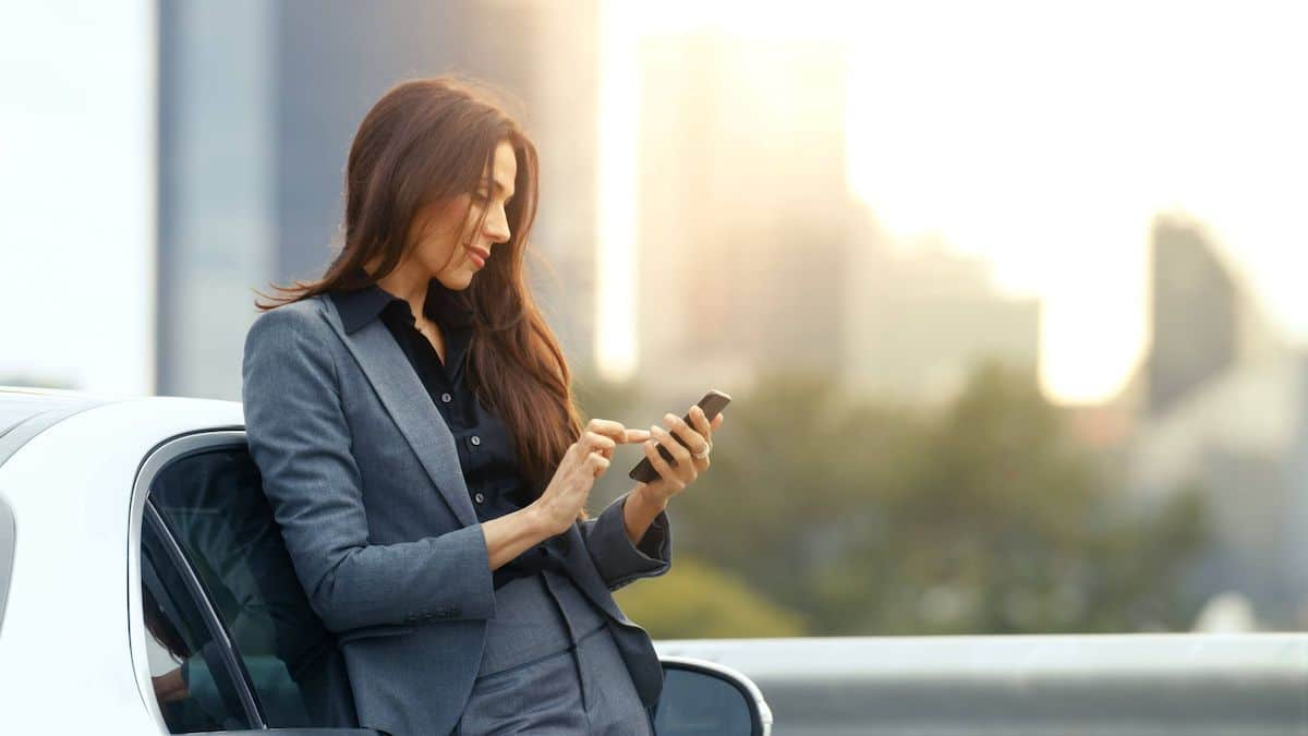 Jeune femme Auto Entrepreneur qui consulte son compte bancaire pro