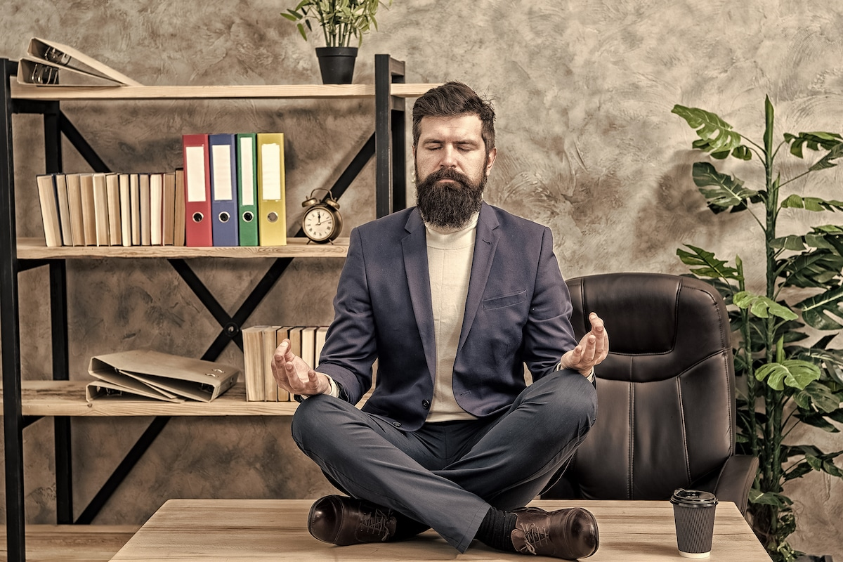 Homme d'affaire en pleine séance de Yoga afin d'éviter in burn-out