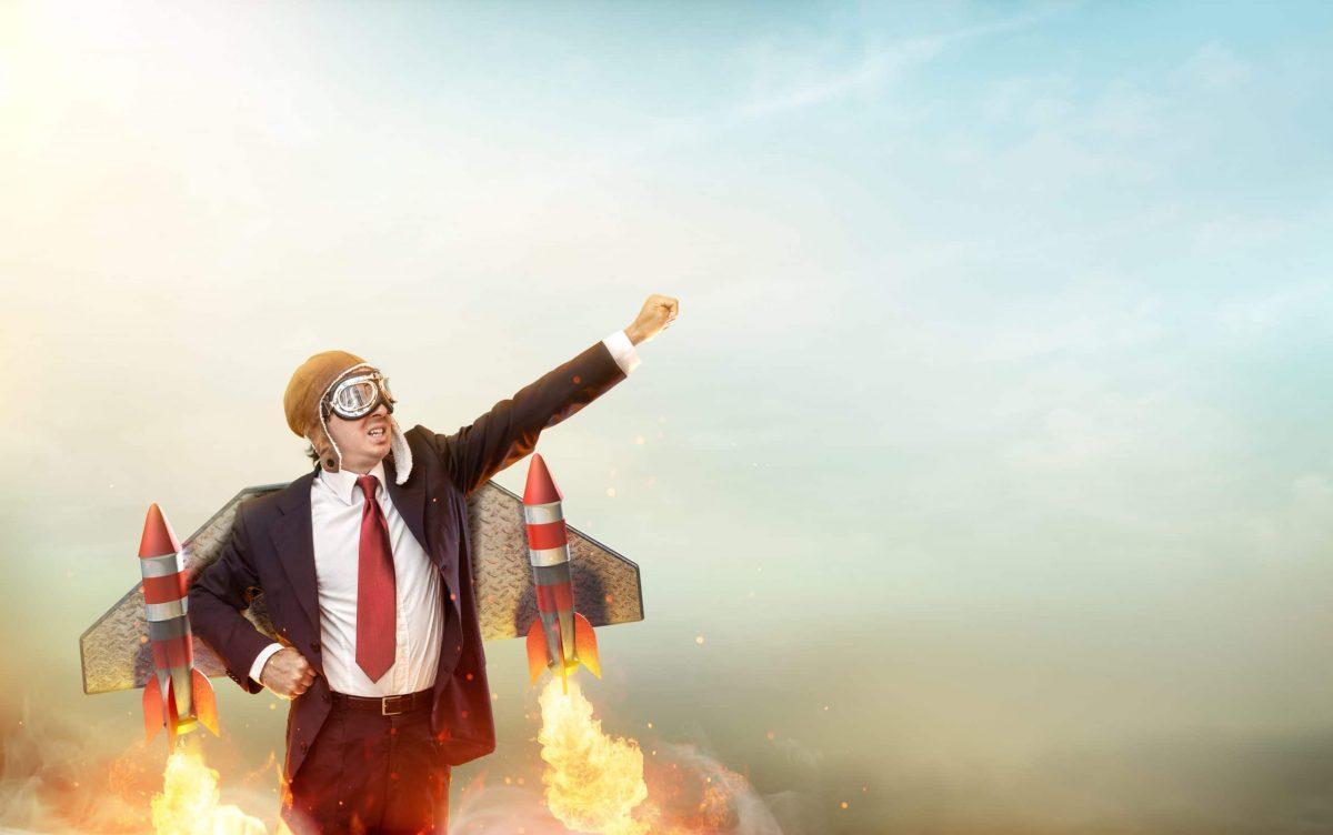 Image symbolique et humoristique du lancement d'un nouveau site illustrée par un homme d'affaire flanqué de deux fusées.